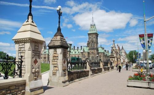 加拿大政府新政,帮助受疫情影响的中国留学生和中国访客